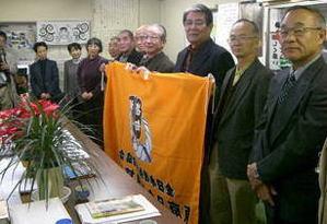 東京足立相撲甚句会は全日本相撲甚句協会に加盟しています。加盟のしるしである会旗を受け取った記念写真です。